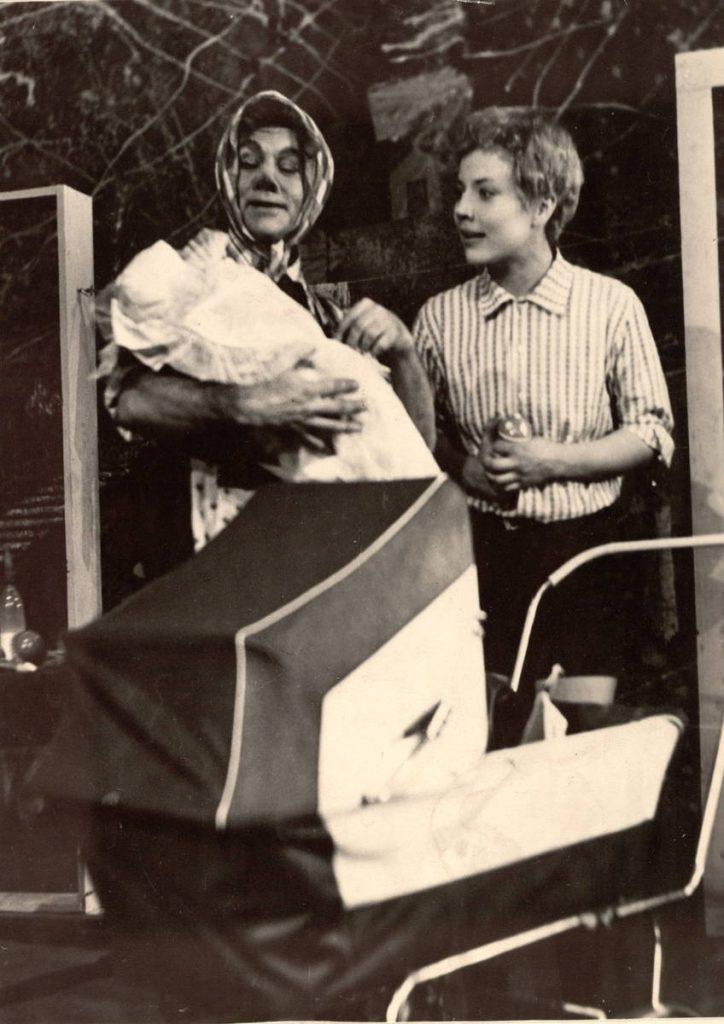 """Scena iš spektaklio """"Mažylis ir Karlsonas, kuris gyvena ant stogo"""", Karlsonas – akt. A. Dobkevičius, Mažylis – akt. D. Krištopaitytė, premjera – 1968 m."""