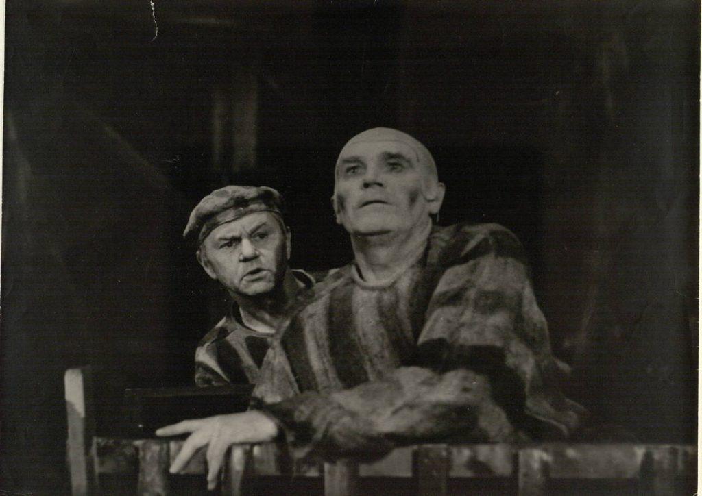 """Scena iš spektaklio """"Pajūrio kurortas"""", Francas – akt. A. Dobkevičius, Žaketojus – akt. J. Šimkus, premjera – 1975 m."""