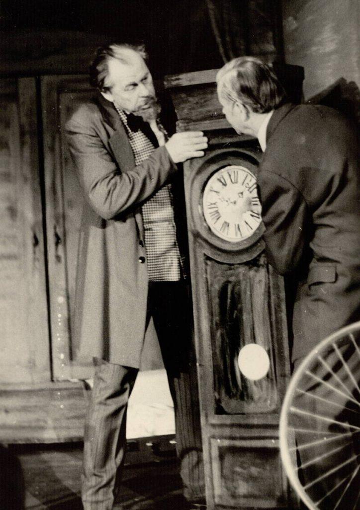 """Scena iš spektaklio """"Solo bokšto laikrodžiui"""", Františekas – akt. A. Dobkevičius, Reineris – akt. S. Paska, premjera – 1974 m."""