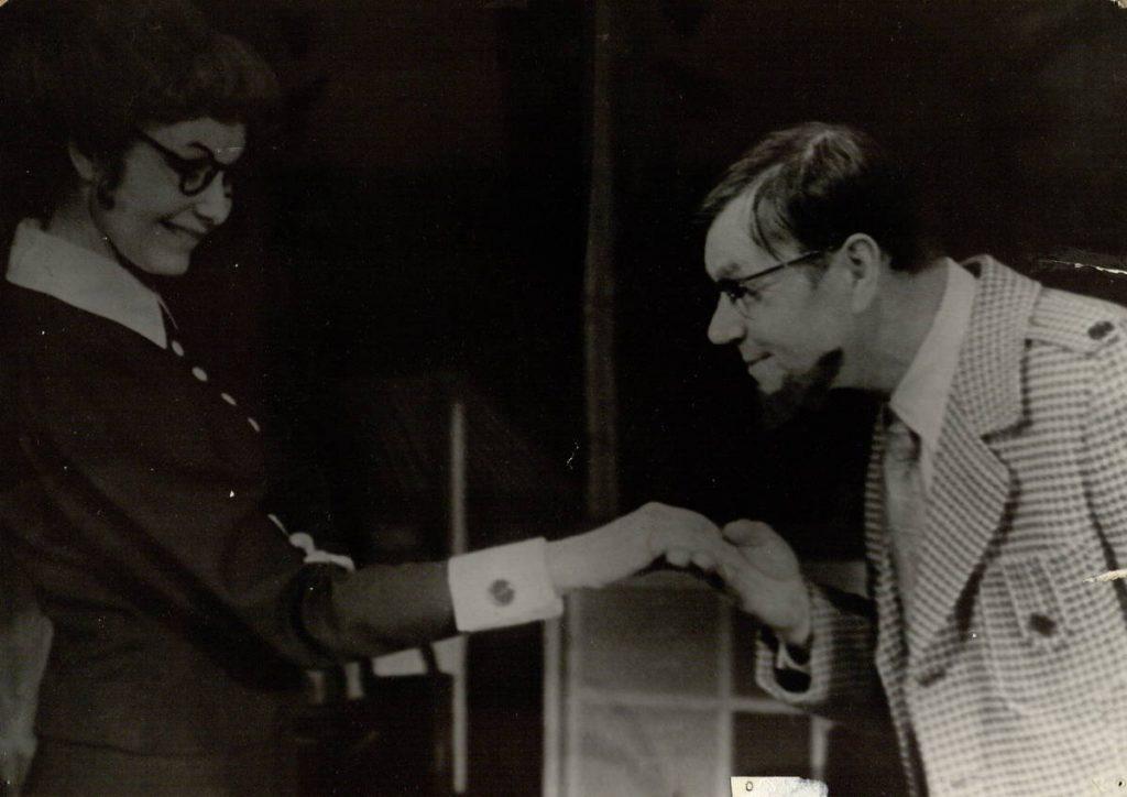 """Scena iš spektaklio """"Solo bokšto laikrodžiui"""", Františekas – akt. A. Dobkevičius, Ponia Konti – akt. G. Vaiginytė, premjera – 1974 m."""