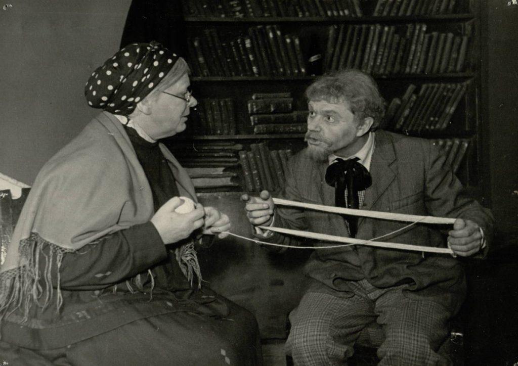 """Scena iš spektaklio """"Dėdė Vania"""", Teleginas – akt. A. Dobkevičius, Marina – akt. E. Bindokaitė, premjera – 1954 m."""