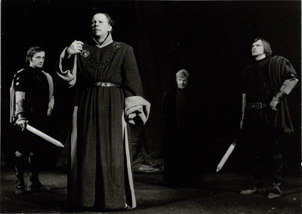 """Scena iš spektaklio """"Valdovas"""", Kirmis – akt. A. Dobkevičius, aktoriai G. Černiauskas, S. Paska, K. Rūdėnas, premjera – 1974 m."""