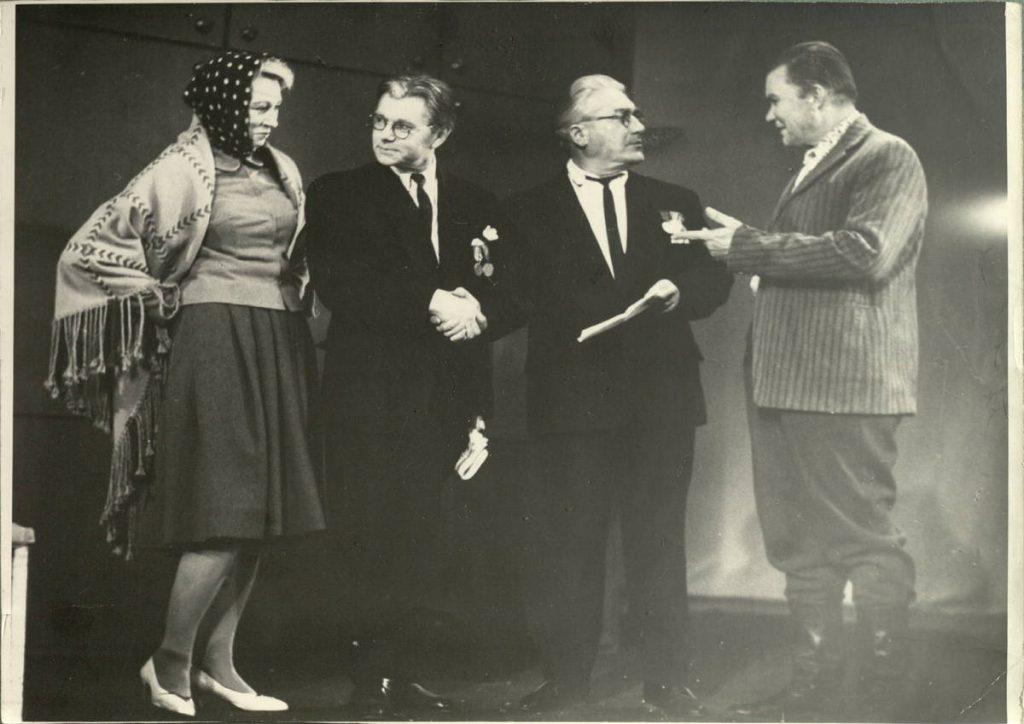 """Scena iš spektaklio """"Vestuvės visai Europai"""", V. Žurenkovas – akt. A. Dobkevičius, aktoriai I. Gurinaitė, K. Tumkevičius, A. Petkevičius, premjera – 1966 m."""