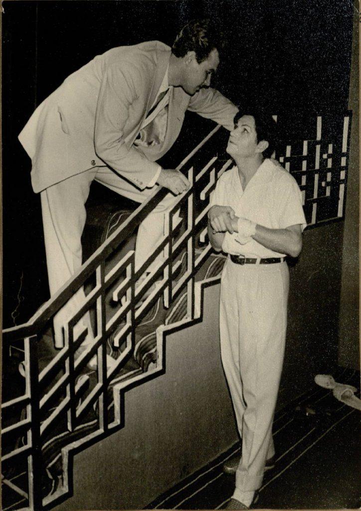 """Scena iš spektaklio """"Žibintų šventė"""", aktoriai A. Dobkevičius ir E. Rupšys, premjera – 1959 m."""