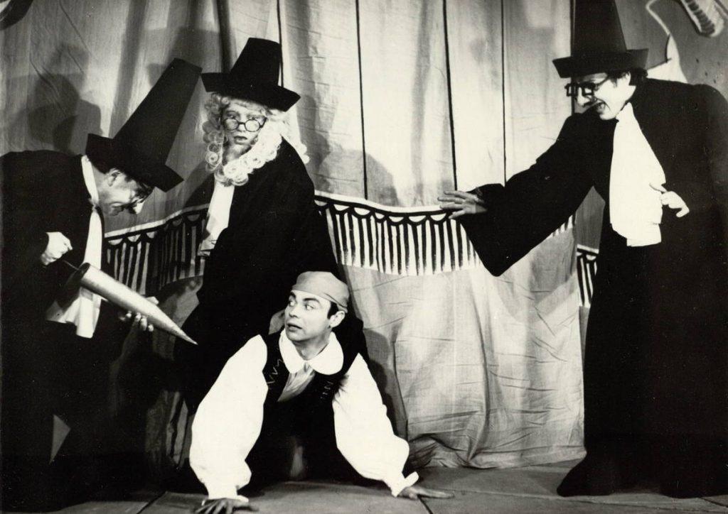 """Scena iš spektaklio """"Ponas de Pursonjakas"""", aktoriai A. Dobkevičius, V. Šimkus, V. Širka, G. Ūzas, premjera – 1969 m."""