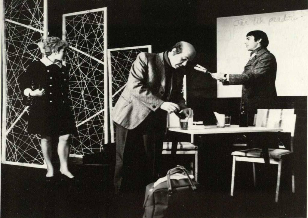 """Scena iš spektaklio """"Septyniolikos metų vyras"""", aktoriai F. Laurinaitytė, A. Dobkevičius, G. Ūzas, premjera – 1972 m."""