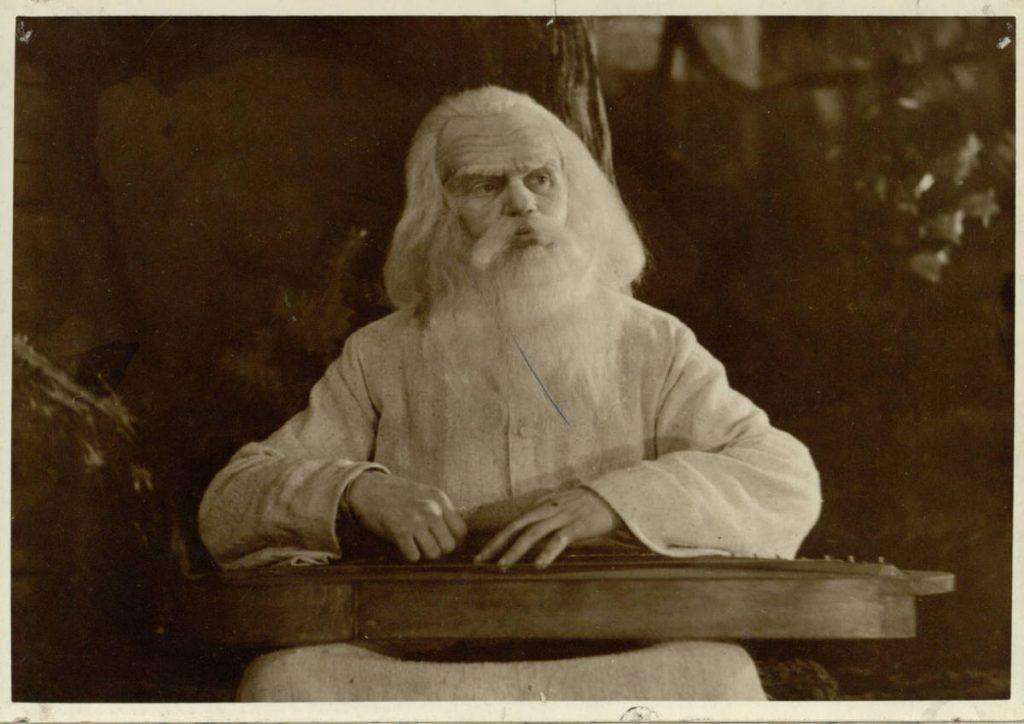 """Scena iš spektaklio """"Dvylika brolių juodvarniais laksčiusių"""", akt. A. Dobkevičius, premjera – 1954 m."""