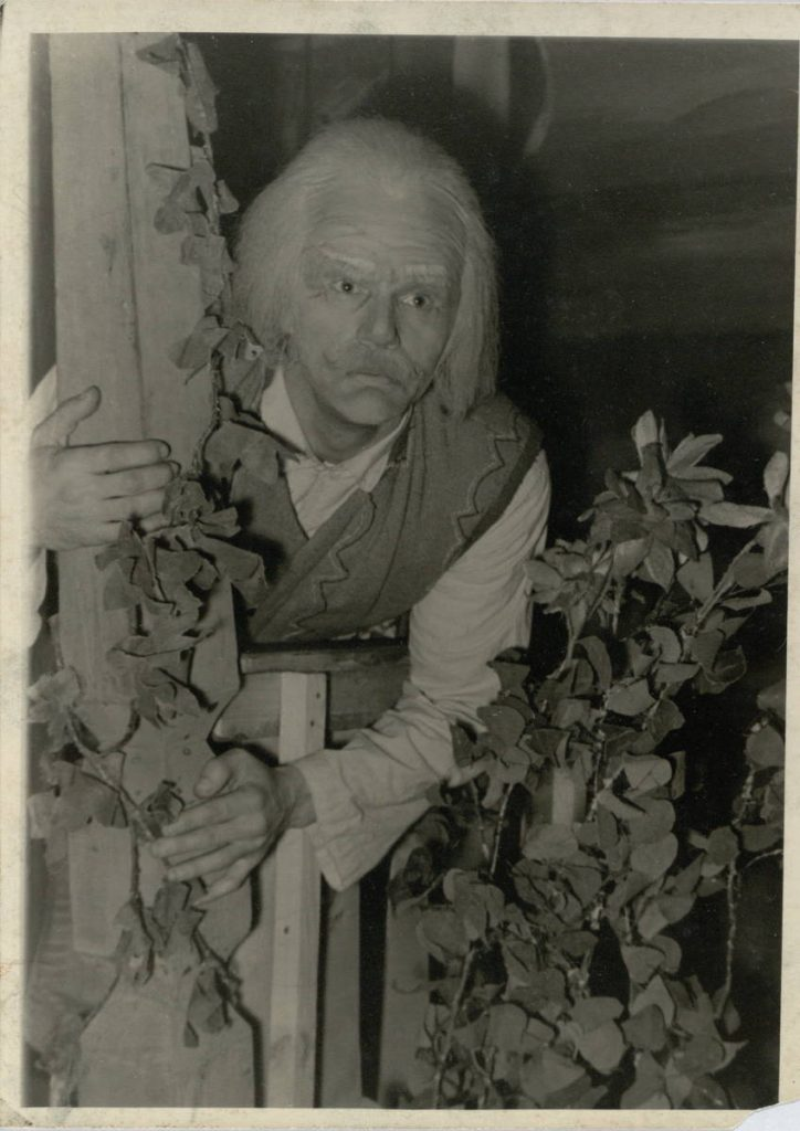"Scena iš spektaklio ""Gintaro lazdelė"", Senelis – akt. A. Dobkevičius, premjera – 1957 m."
