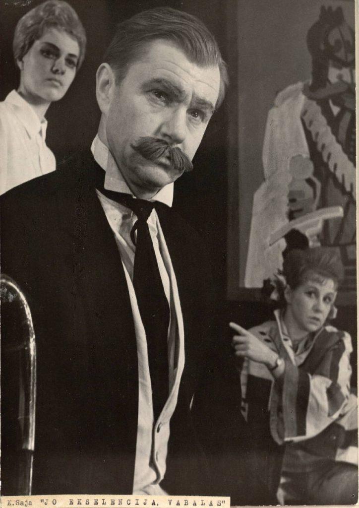 "Scena iš spektaklio ""Jo ekscelencija Vabalas"", Vabalas – akt. A. Dobkevičius, Kristina – akt. I. Krikščiūnaitytė, premjera – 1965 m."