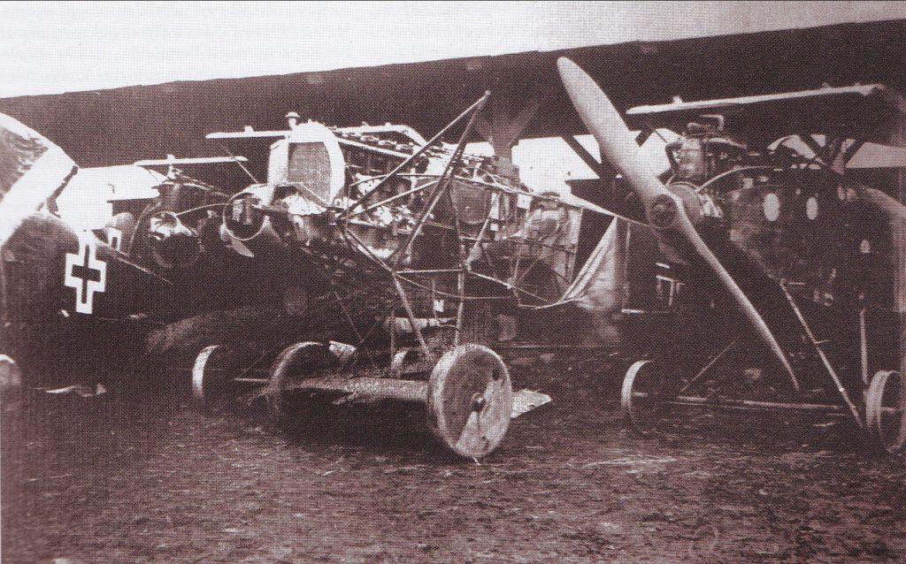 Iš bermontininkų ties Radviliškiu atimti orlaiviai Linkaičių stotyje.1919 m. Vlado Kurkausko šeimos archyvas.