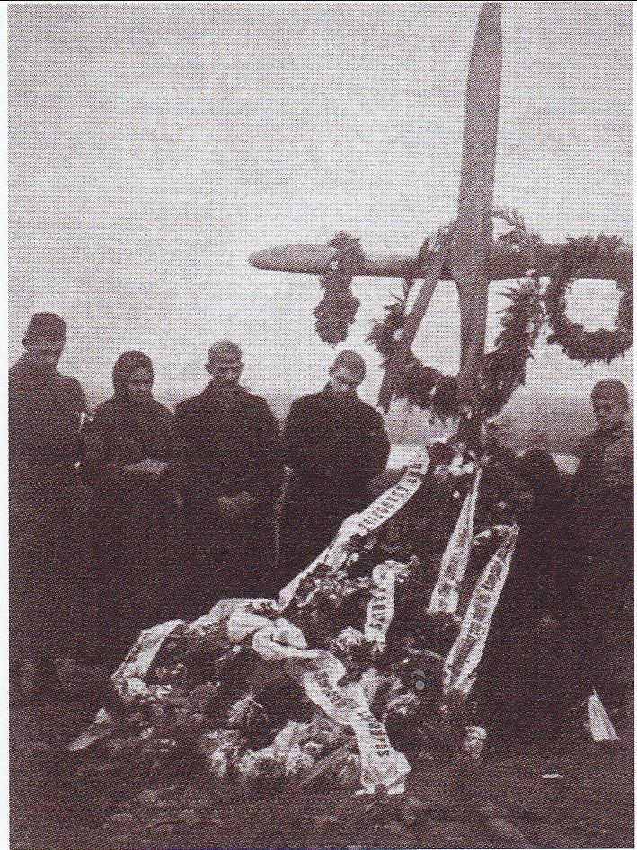 Lakūno leitenanto Juozo Kumpio laidotuvės Šiauliuose. Jis žuvo lenkų fronte 1920 m. spalio 4 d. Prie kapo žuvusiojo tėvai ir giminės. Mokslų akademijos bibliotekos Rankraščių skyrius.