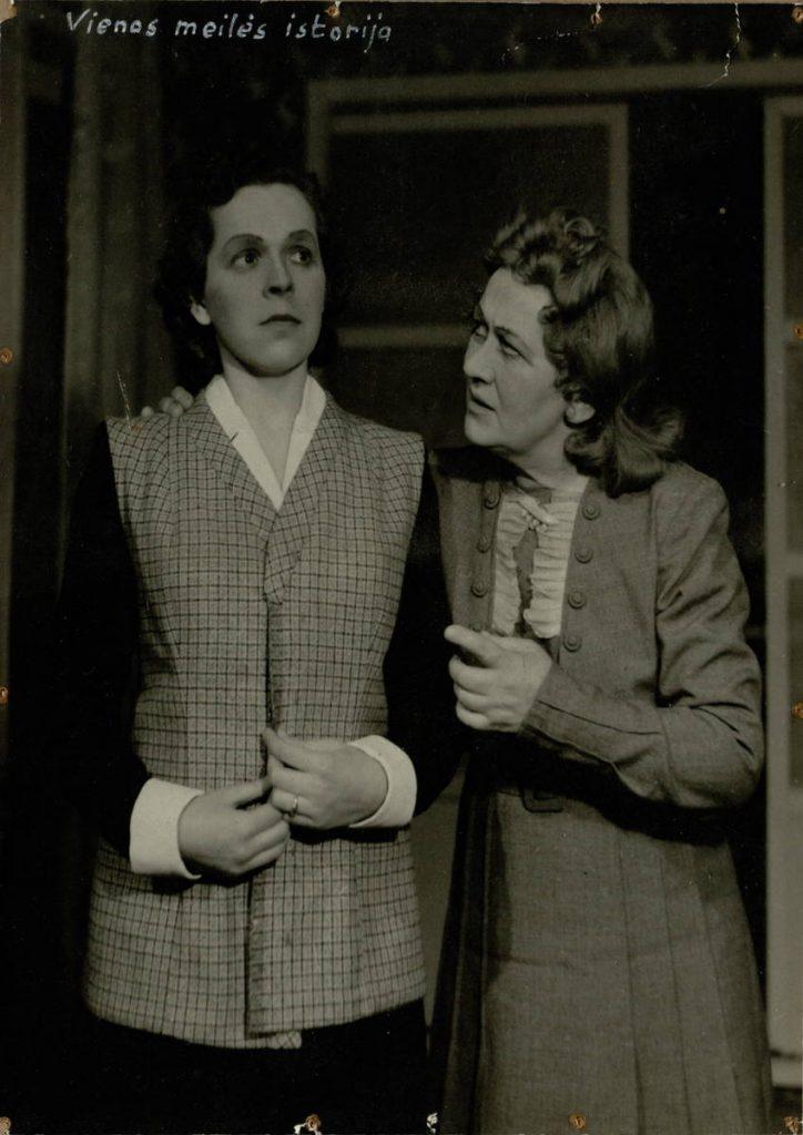 "Scena iš spektaklio ""Vienos meilės istorija"", Katia - akt. E. Danilevičiūtė, Marija Petrovna - akt. E. Bindokaitė"