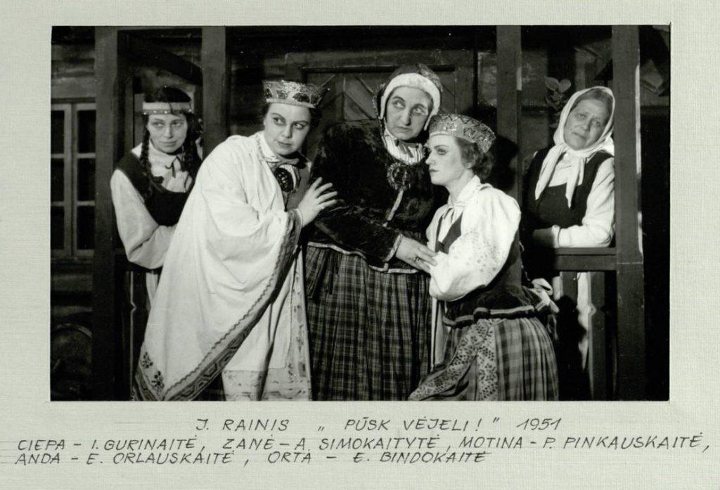 """Scena iš spektaklio """"Pūsk, vėjeli!"""", motina - akt. P. Pinkauskaitė, Zanė - akt. A. Simokaitytė, Anda - akt. E. Orlauskaitė, Orta - akt. E. Bindokaitė, Ciepa – akt. J. Gurinaitė"""
