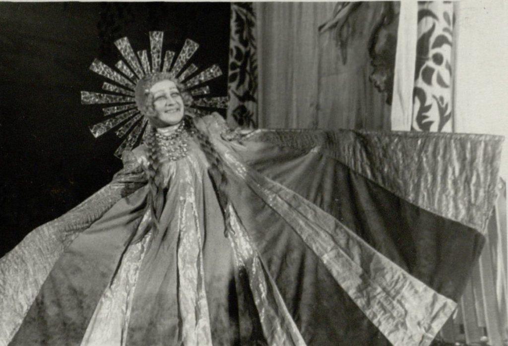 """Aktorė E. Bindokaitė Saulės vaidmenyje, spektaklis """"Septyni burtininkai"""""""