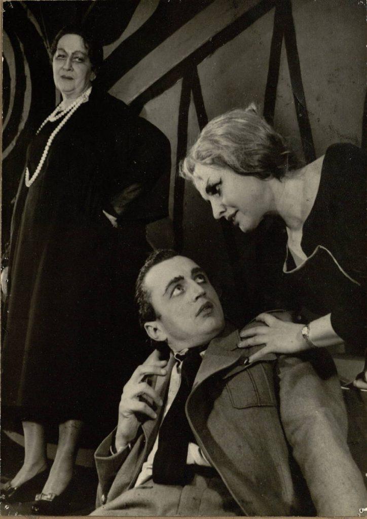 """Scena iš spektaklio """"Afroditės sala"""", Glorija Paterson - E. Bindokaitė, Ralfas - akt. V. Benokraitis, Ketė - akt. J. Gascevičiūtė"""