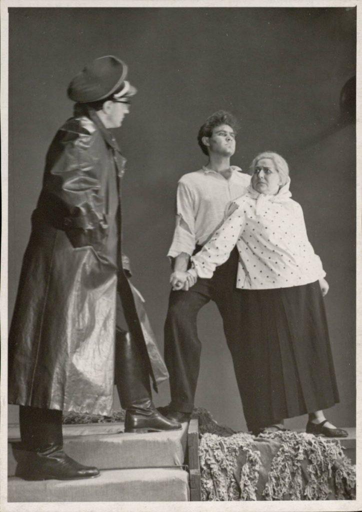 "Scena iš spektaklio ""Mirusieji prabyla"", Jonas – akt. V. Benokraitis, Viktoras – akt. E. Rupšys, Marijona – akt. E. Bindokaitė"
