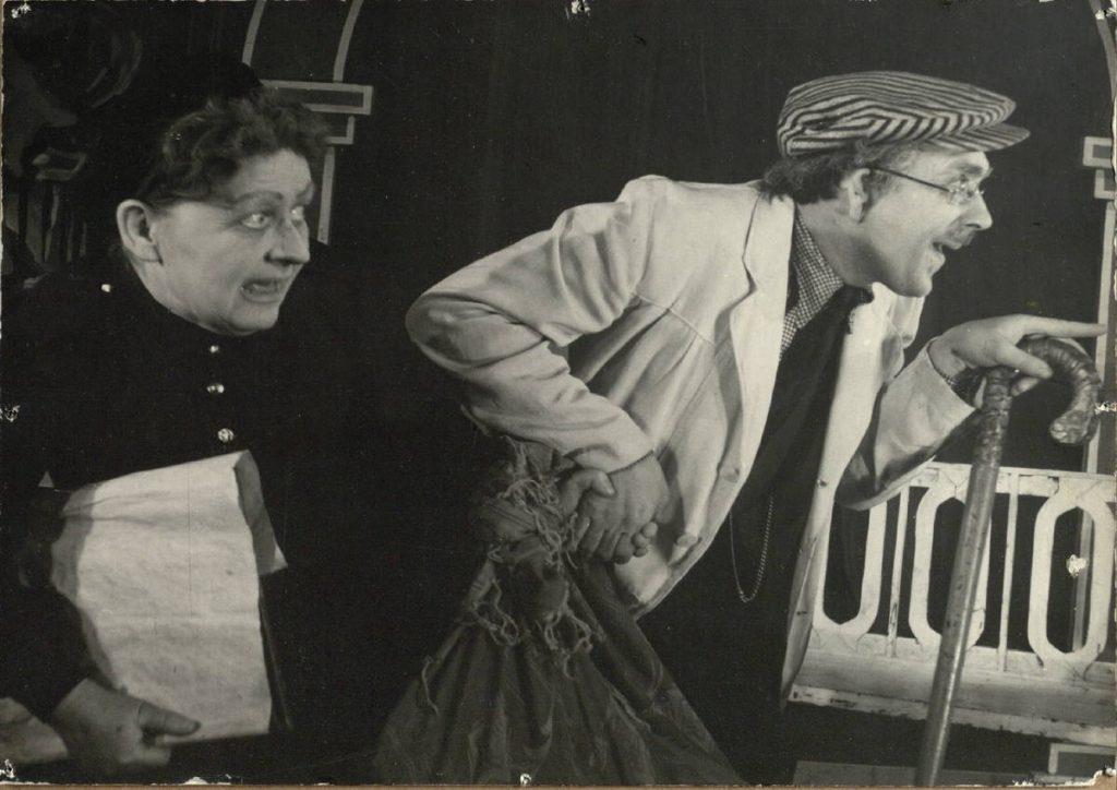 "Scena iš spektaklio ""Savoje nelaisvėje"", Tiurinas - akt. J. Juodagalvis, Ana Saveljevna – akt. E. Bindokaitė"