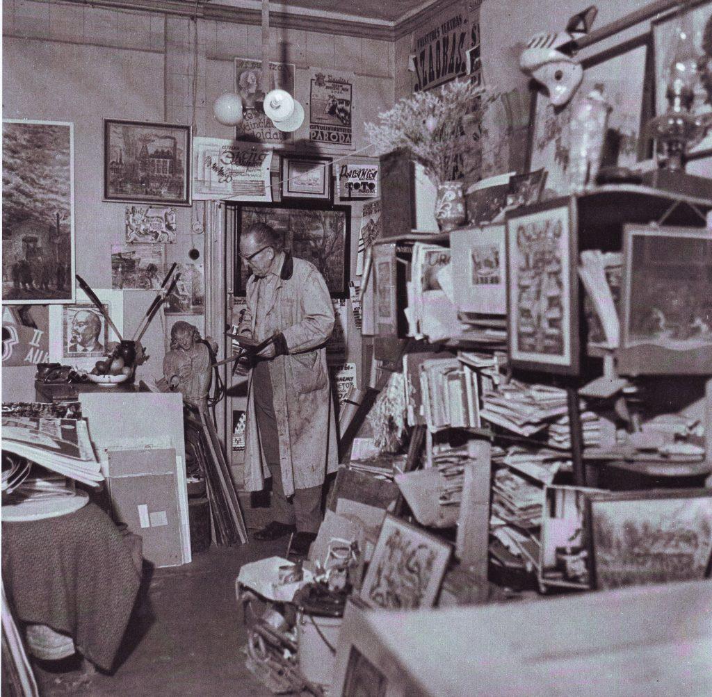 Nuotraukoje Gerardas bagdonavičius savo namuose
